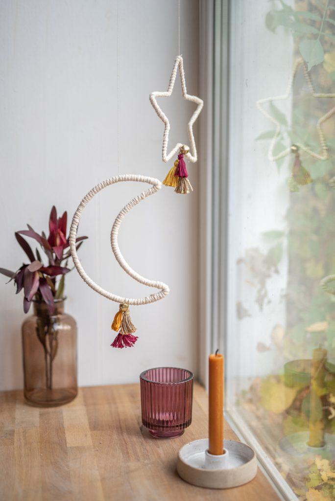 Selbst gemachte DIY Weihnachtsdeko Mond und Stern im Boho Look aus Makramee Garn und Draht mit Quasten als Deko im modernen Hygge Boho Look