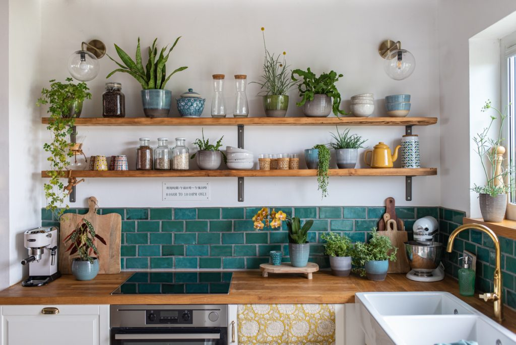 Dekoideen für die Küche mit Pflanzen im bunten Boho Look