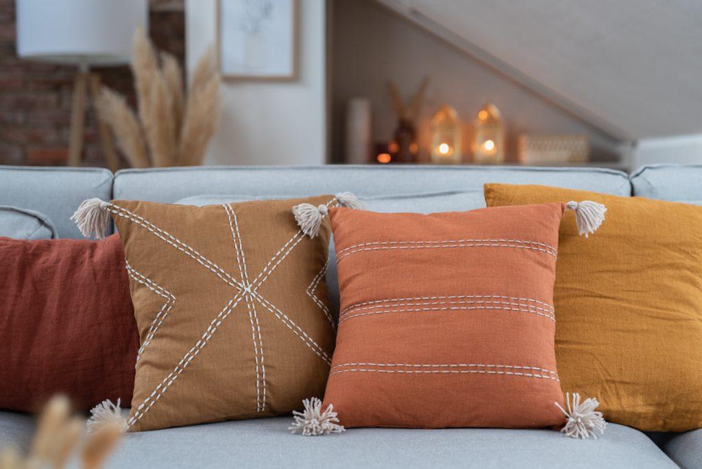 DIY Anleitung für selbst genähte Leinenkissen mit Hotelverschluss und bestickte Kissen aus Leinen im Boho Look als Deko für das Hygge Wohnzimmer