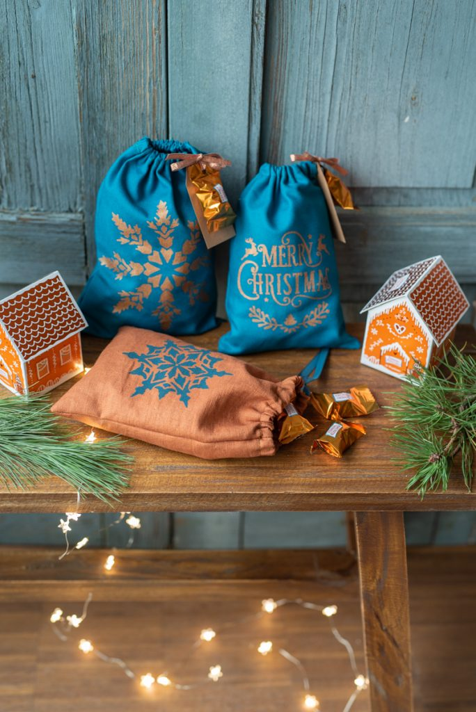 DIY Anleitung für selbst genähte Geschenkbeutel aus Leinen mit weihnachtlichen Motiven in Siebdruck Technik mit Schablonen verziert als edle Geschenkverpackung zu Weihnachten