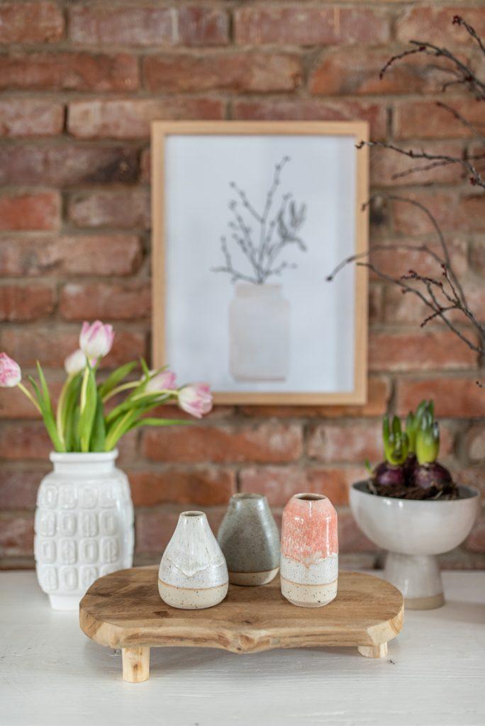 Deko Ideen mit handgetöpferter Keramik wie mini Vasen in Naturfarben und Rosa aus dem Atelier von Leelah loves