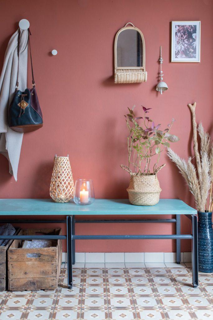 Deko Ideen für den Flur im Boho Look mit Ordnung in Kisten und Körben, Deko mit Pampasgras und Terrakotta Wandfarbe