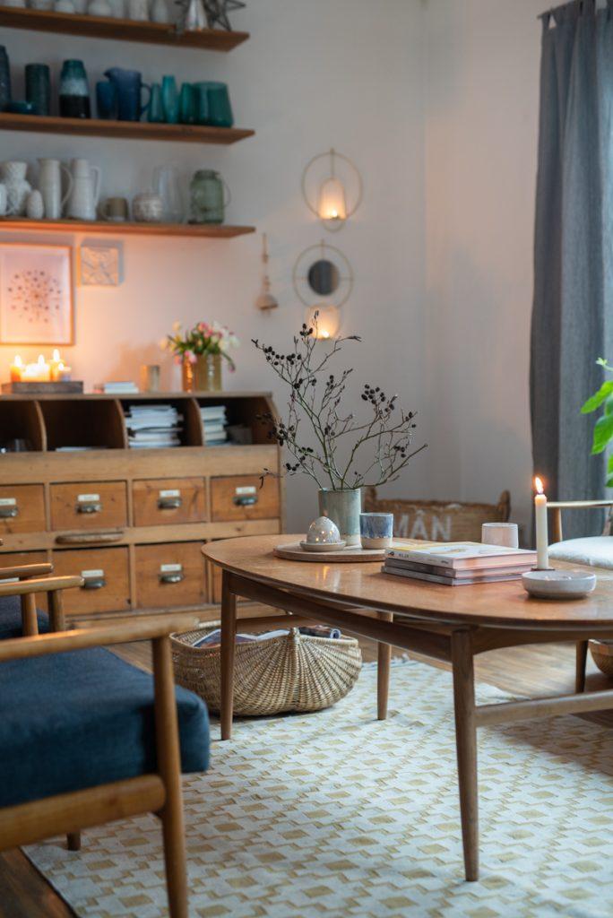 Deko Ideen für das Wohnzimmer im midcentury Boho Look im Januar und Februar mit Kerzen, Zweigen und vintage Möbeln