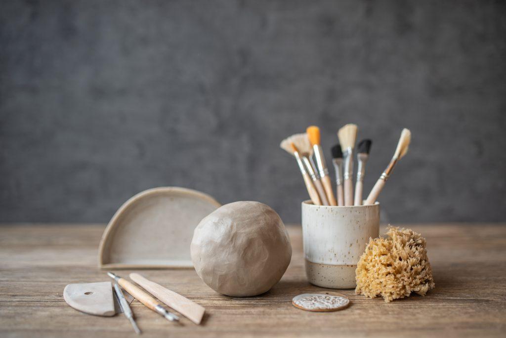 Grundkurs für Anfänger im Onlinekurs zum Thema Aufbaukeramik, in dem ihr lernt, Gebrauchskeramik wie Schüsseln, Tassen und Teller ohne Töpferscheibe zu töpfern und zu glasieren