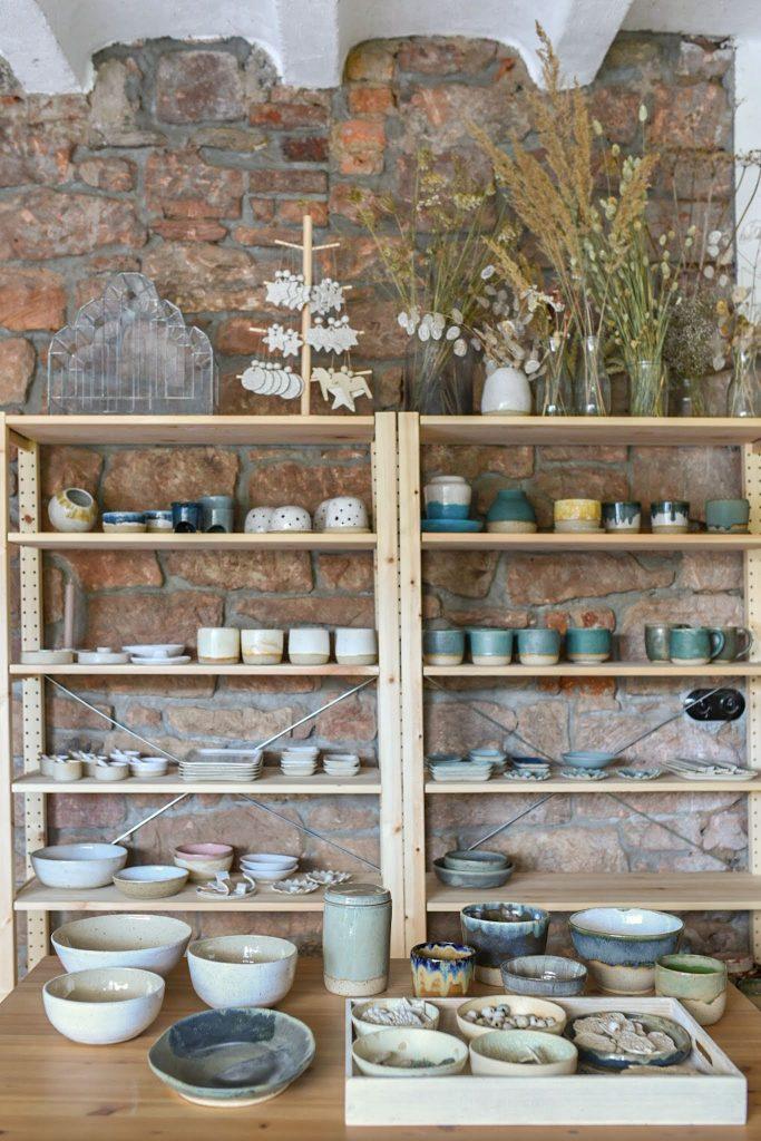 Töpfer Studio Einrichtung mit Regalen aus Holz