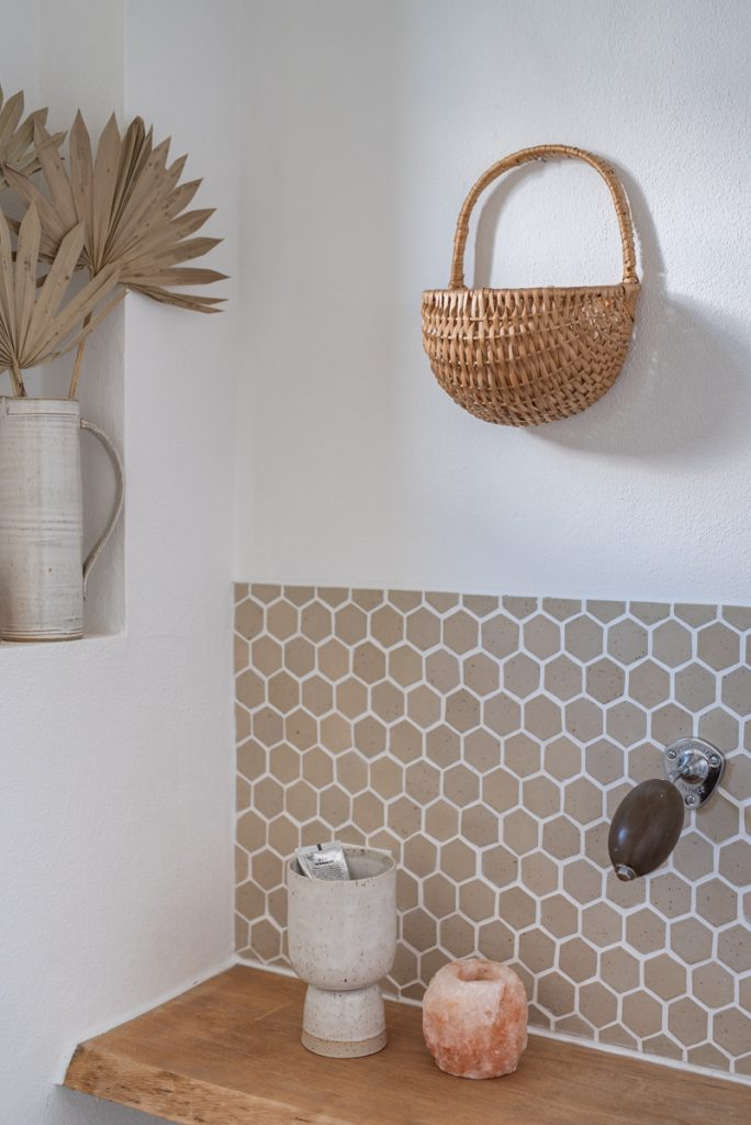Makeover im Gäste WC mit handgetöpferten DIY Fliesen im Scandi Boho Look und Deko mit Rattan in Naturfarben