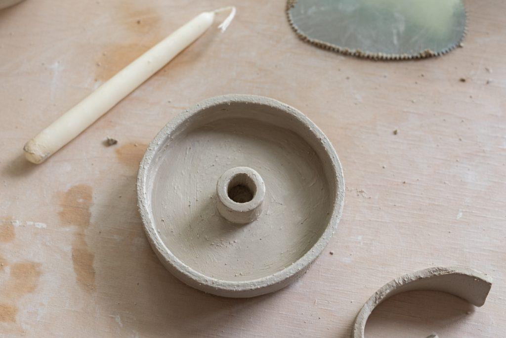 DIY Töpferanleitung für einen selbst getöpferten Kerzenleuchter mit Keramik Dose in der Plattentechnik in Naturfarben