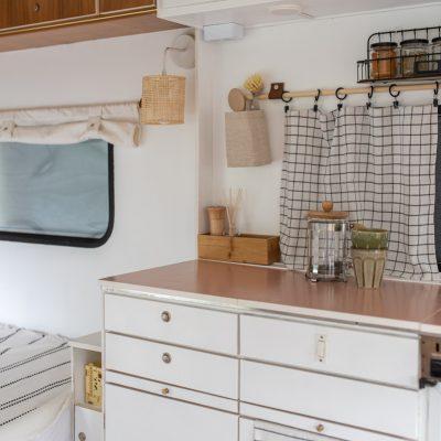 Wohnwagen renovieren Teil 2: Fronten und Möbel lackieren