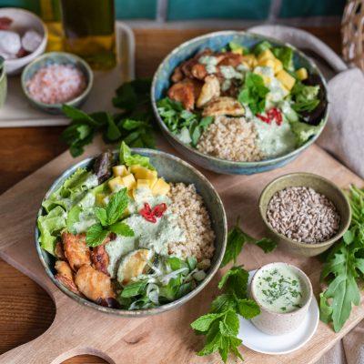 Salat Bowl mit Joghurt-Rucola-Minze Dressing