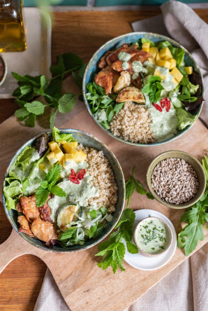 Rezept für vegetarische Salat Bowl mit Joghurt Rucola Minze Dressing und Quinoa