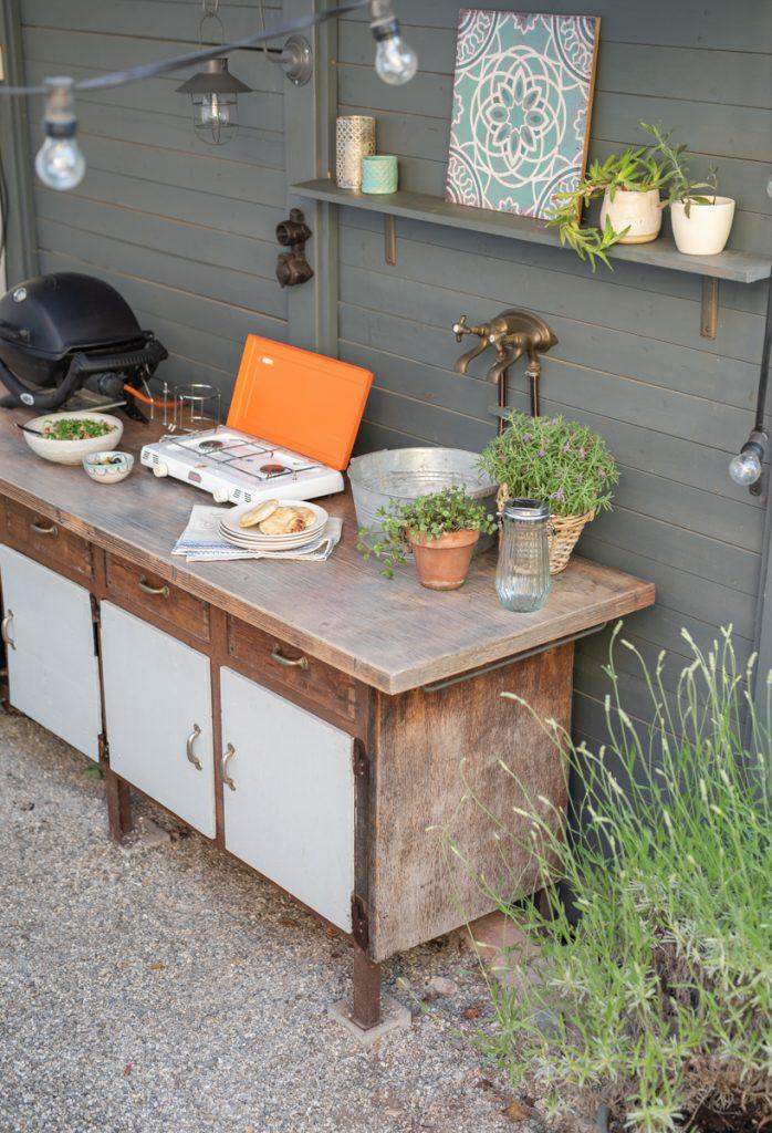 Dekoideen für die schattige Ecke im Garten mit Hinterhof Charakter und Deko in der vintage Outdoor Küche