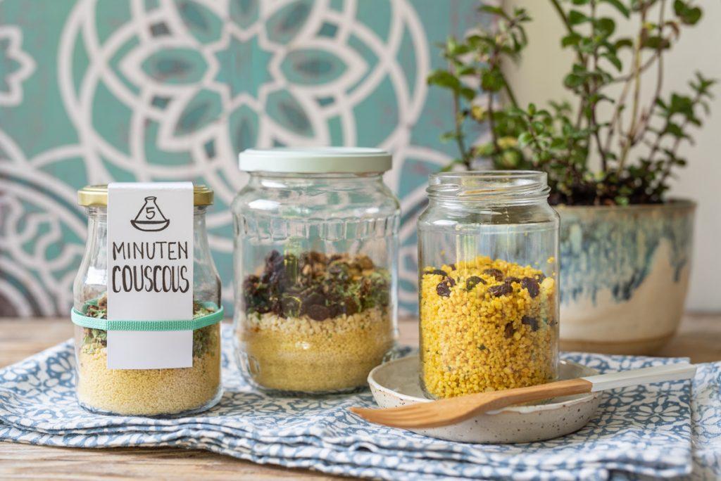 Rezepte für Instant Gerichte für den Camping Urlaub wie Instant 5 Minuten Suppe, Porridge und Couscous als schnelles Camping Essen zum Mitnehmen ohne Plastik Müll im upcycling Glas.