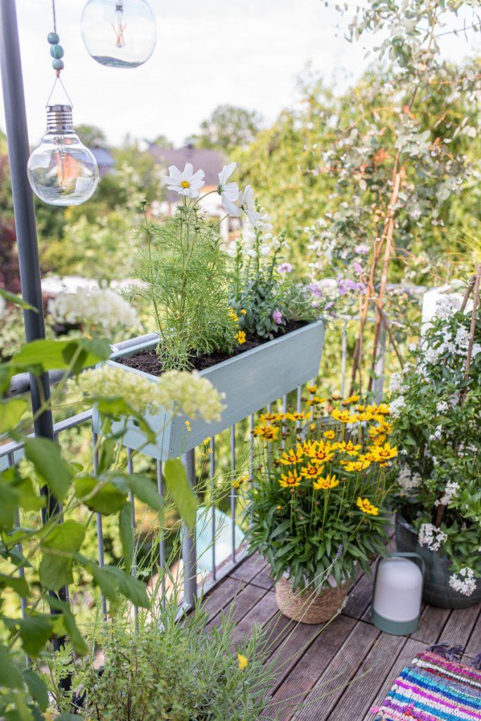 Anleitung für einen einfachen, selbst gebauten DIY Blumenkasten aus Holz für den Balkon