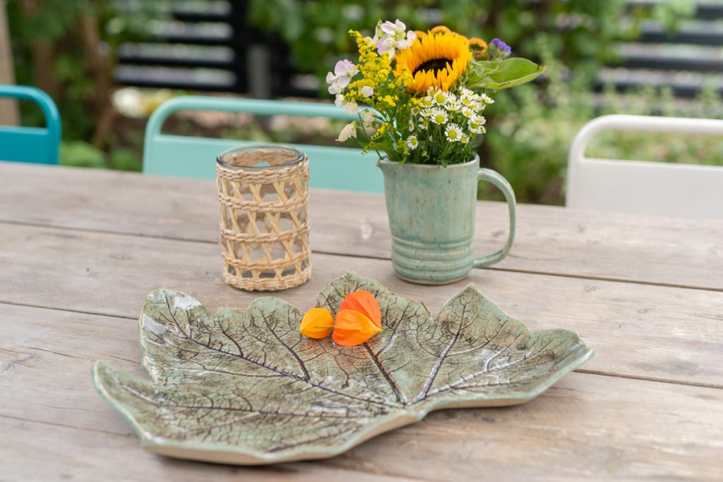 Anleitung zum Töpfern und Glasieren eines handgetöpferten Blattabdrucks aus Ton mit Zucchiniblättern aus dem Garten