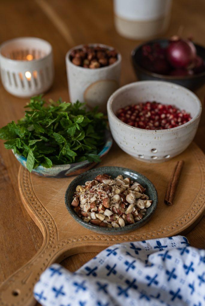 Rezept für lauwarmen Blumenkohlsalat mit karamellisierten Zwiebeln, Granatapfel und Zimt als Vitamin Bowl für den Herbst